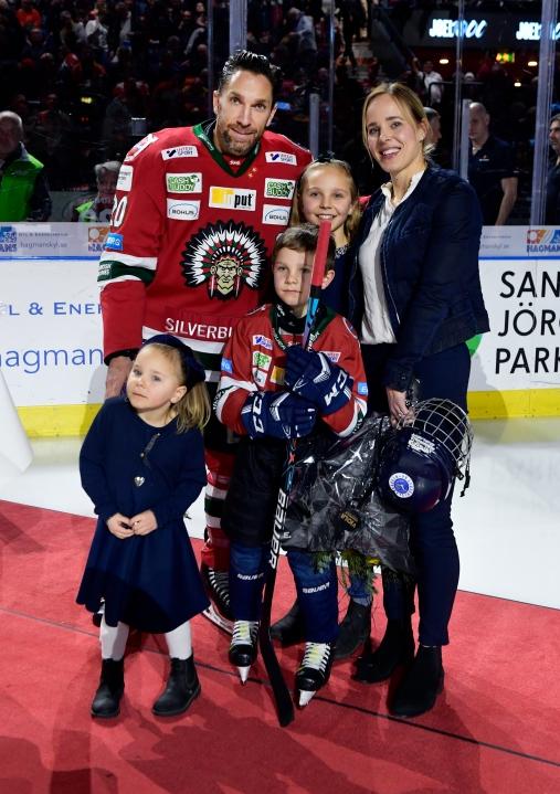 Göteborg 2020 01 23 SHL Frölunda - Brynäs Joel Lundqvist firas för sin 1000 match i Frölunda tröjan Foto Tommy Holl TT