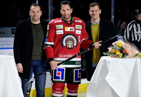 Göteborg 2020 01 23 SHL Frölunda - Brynäs Joel Lundqvist firas för sin 1000 match i Frölunda tröjan Jari Tolsa och Magnus Kahnberg Foto Tommy Holl TT